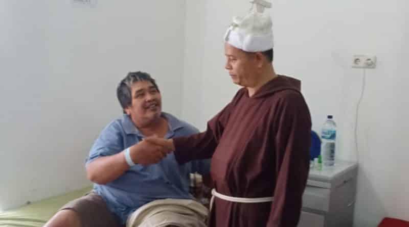 Pastor John Rufinus Saragih bersama GPS Paroki Hayam Wuruk Hibur Pasien Rumah Sakit Imelda Medan